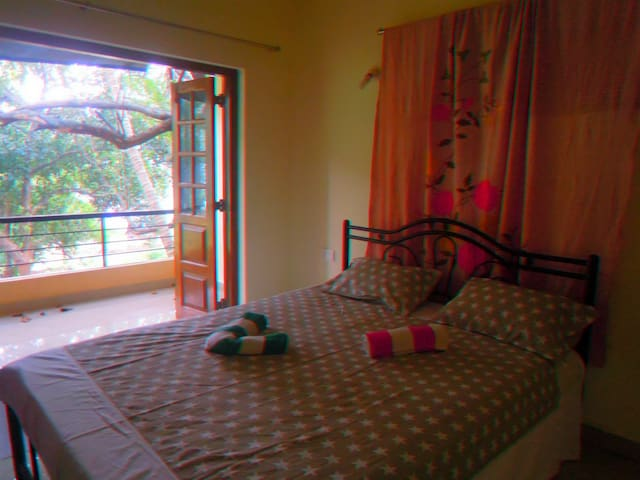 Nice 1 bedroom with kitchen. Shanti villa - Morjim - Huis
