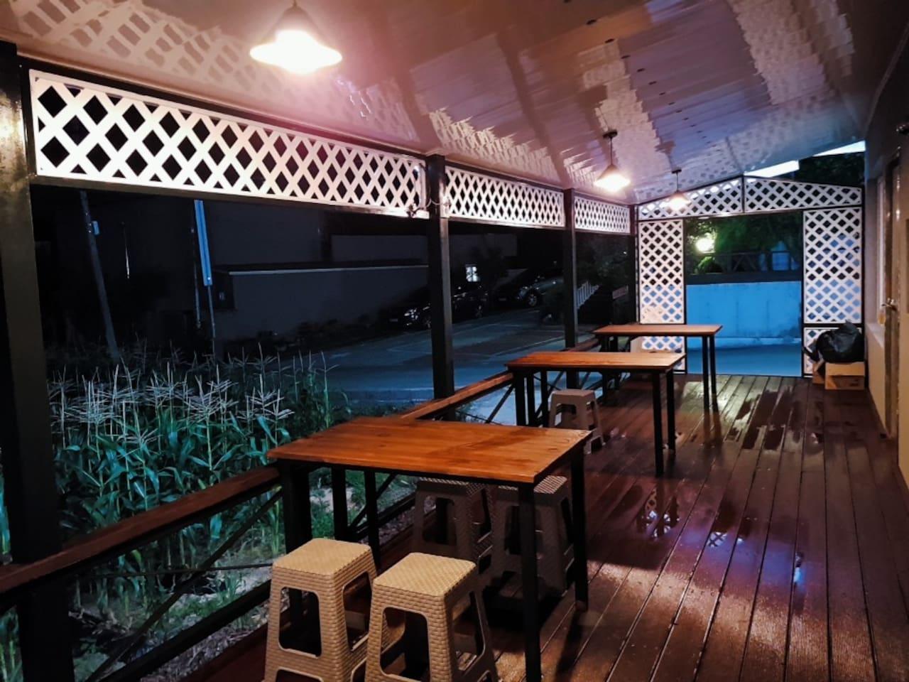 넓은 테라스에 테이블이 5개가 있습니다. 호실별 야외에서 식사 가능합니다.