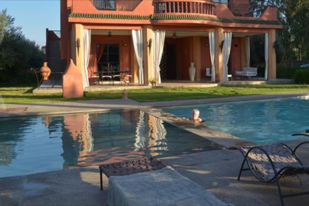 villa louer avec piscine vue sur l 39 atlas villas louer marrakech marrakech tensift al. Black Bedroom Furniture Sets. Home Design Ideas