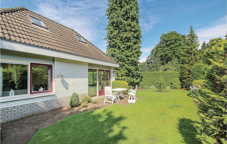 Holiday cottage with 4 bedrooms on 120 m² in Garderen