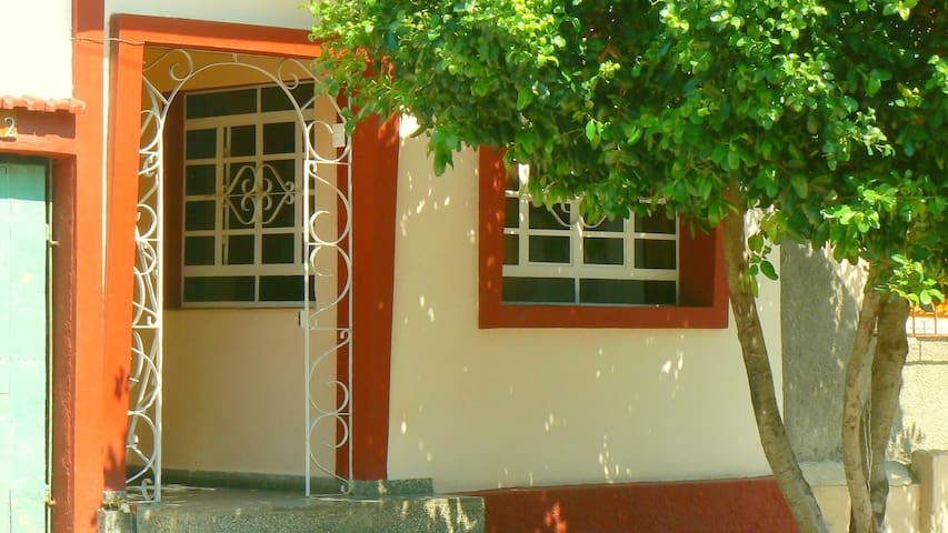 Frente de la Casa de Luly y Rene con tres dormitorios en el centro de Cienfuegos.