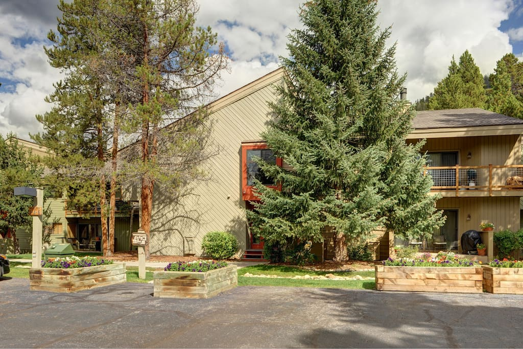 Enjoy fantastic amenities and views of Keystone.