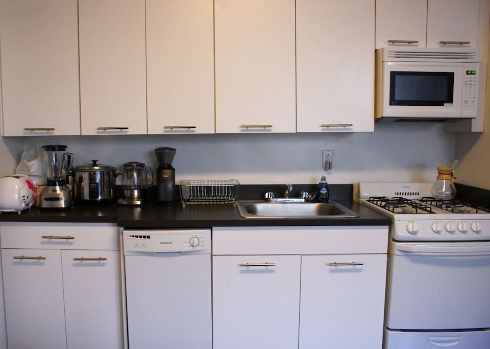 Good-sized kitchen with dishwasher, full gas oven and stovetop