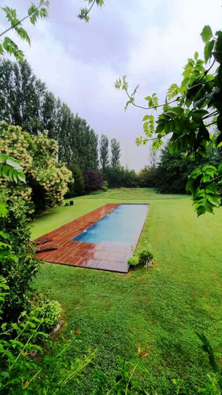 Villa con piscina immersa nel verde