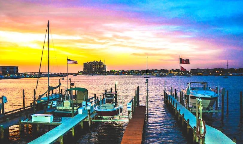Destin townhouse on the harbor. 3-month minimum