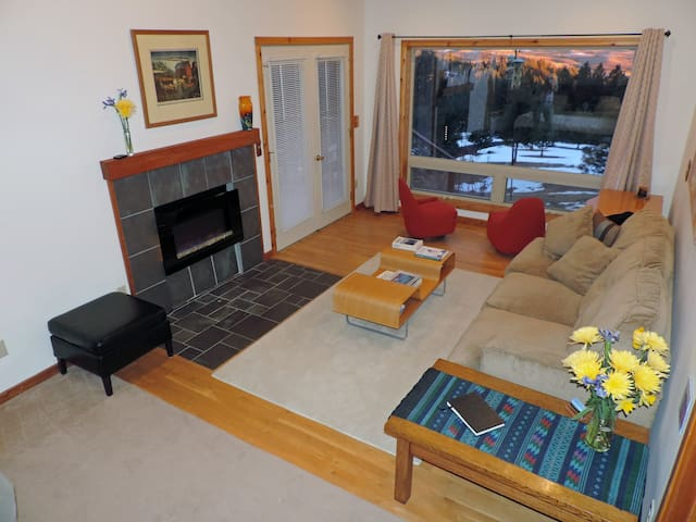 King suite sitting area with fireplace and queen sleeper sofa ($15 for each extra guest beyond double occupancy).  Fabulous views of the Palouse from the picture window.