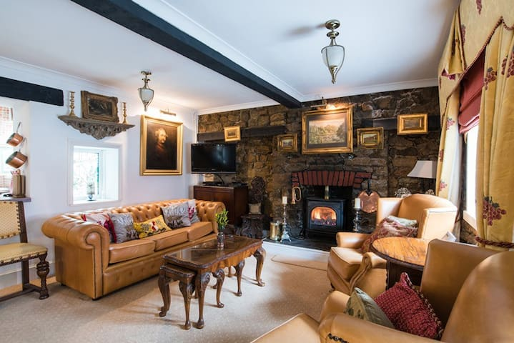 A charming 200 year old cottage near the sea - Porthcawl