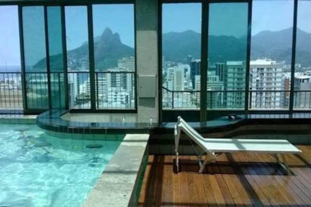 Área comum: piscina do condomínio vista lateral