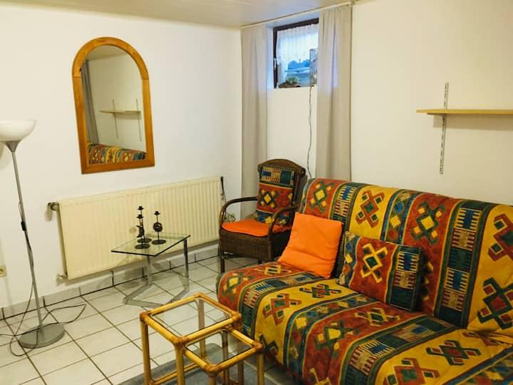 Biete ruhige Zwei-Zimmer Souterrain-Wohnung