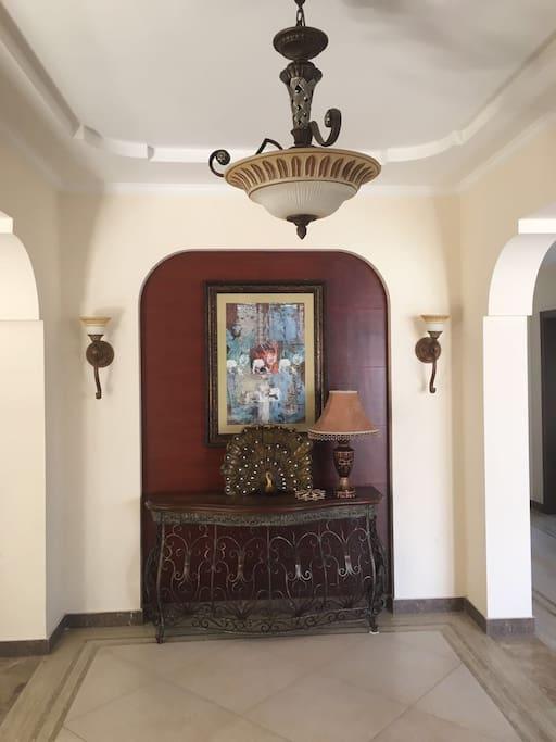 别墅刚进门就是玄关,左边是餐厅和厨房,右边则是客厅,依次是卧室和棋牌室,还有楼梯。