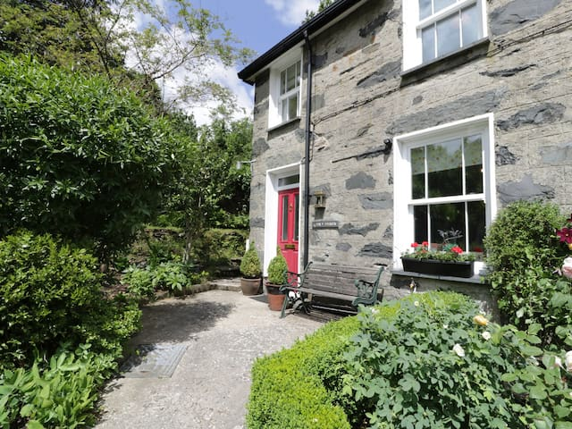 TAN Y DDERWEN, pet friendly, with a garden in Beddgelert, Ref 984828