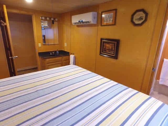 Innfinity - King Room 4 - Madeira Beach - Boat