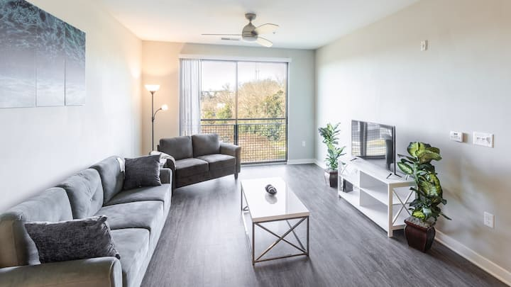 King Suite, Premier location, Accessible to Uptown