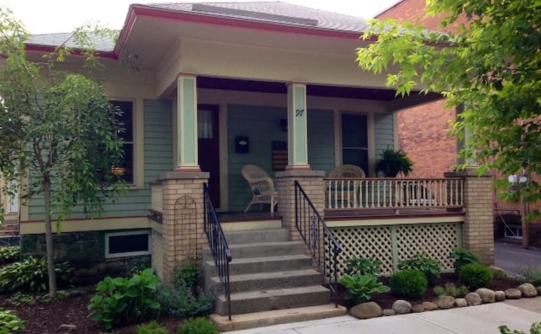 Charming Bungalow - 1000 Ft from Broadway - Saratoga Springs - Huoneisto