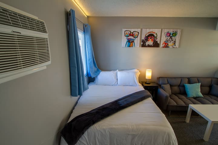 ⭐Walk To Strip & Convention Center, Sleeps 4!⭐