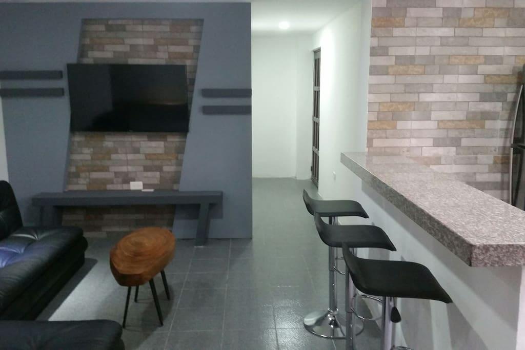 Sala con mesón de comedor integrado a la cocina