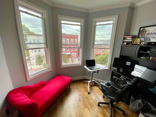 Spacious/modern condo, ~20 minutes from Times Sq