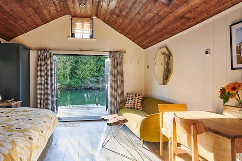 The Boathouse (unique, luxury, riverside studio)