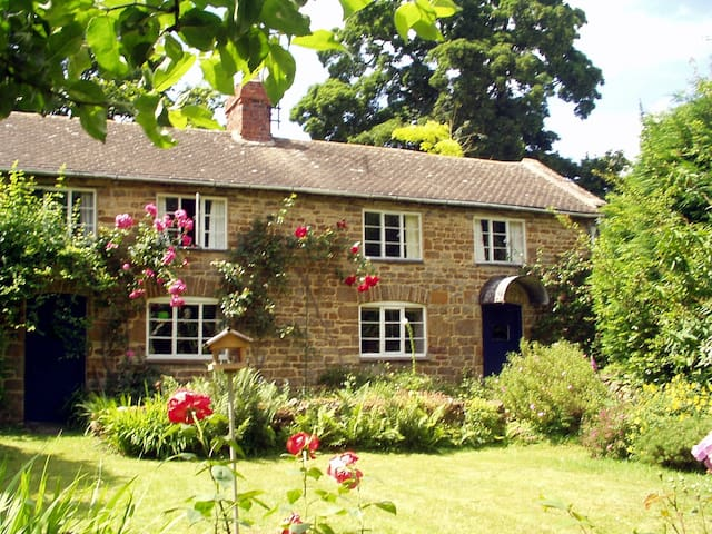 Charming old-world cottage on fringe of Cotswolds