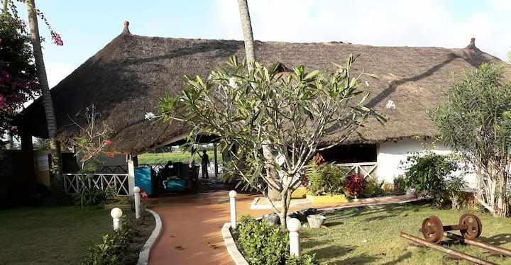 Chambres pour 4 en bordure de lagune à Bassam