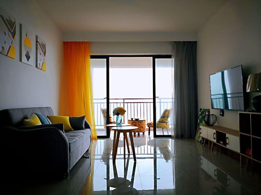 客厅1米8的沙发床,两边空气对流,客厅没空调没风扇,来过的都说自然风才是最天然的温度调节器