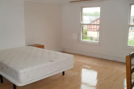 Very large double room in spacious South Liverpool - Liverpool