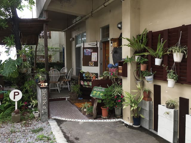 宜野湾コンベンションセンター近く 庭付き 沖縄マンマの島野菜を使った健康カフェ2階広々