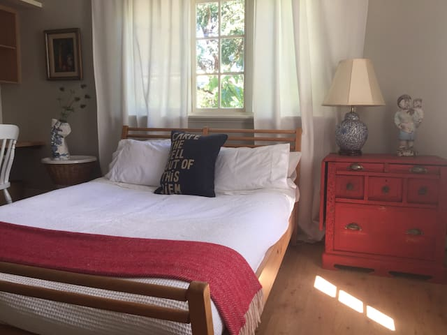 Large airy room with garden views, close to UWA - Nedlands