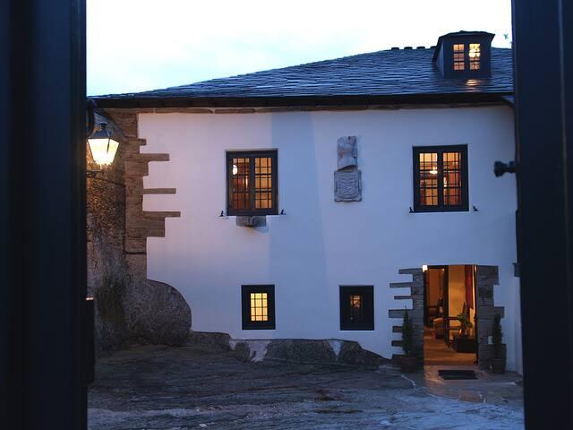 """""""Casa Solariega de Cervantes"""". Pazo en Los Ancares"""
