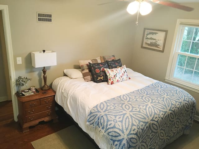 Private room, close to everything! - Westwood - Talo