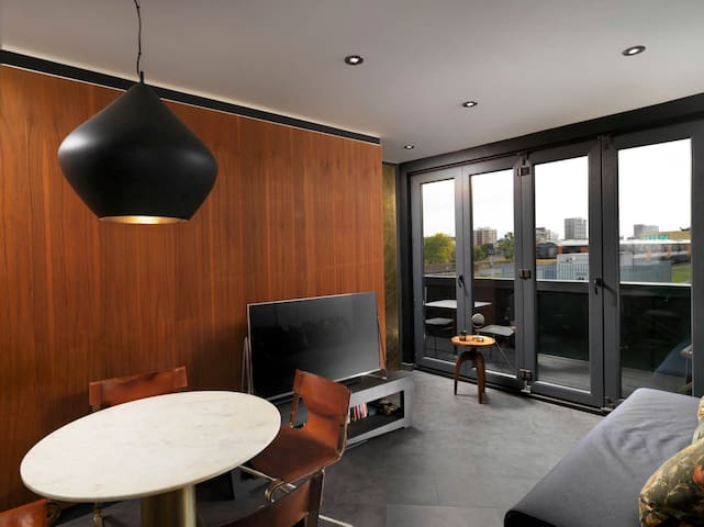 2Bd Penthouse w/Balcony nr Shoreditch & Old Street