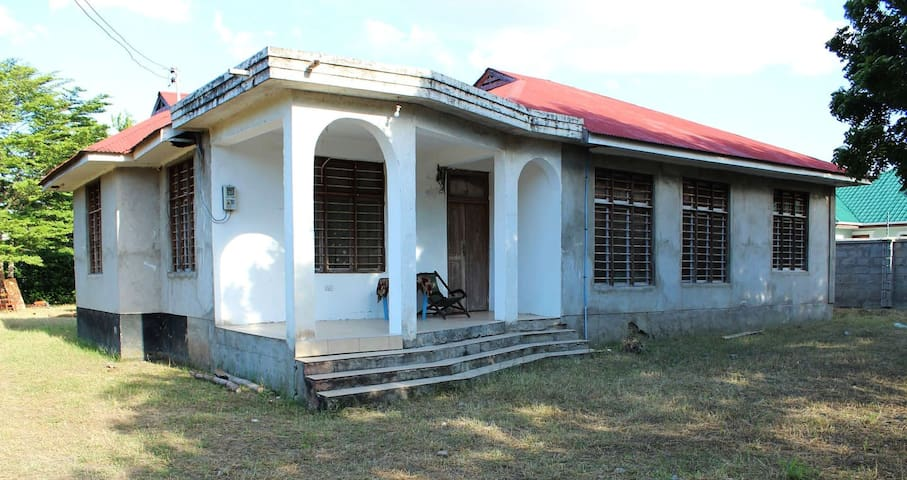 Central and quite private house close to beach