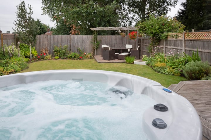 Woodlea House with Hot tub- Parking & pets welcome