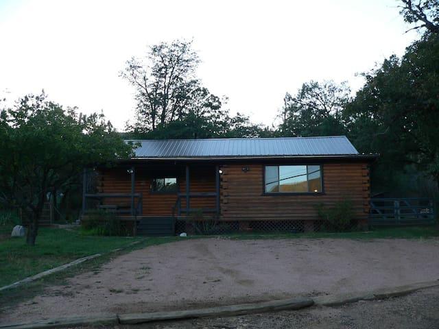 Cabin Getaway with beautiful views - Pine - Srub