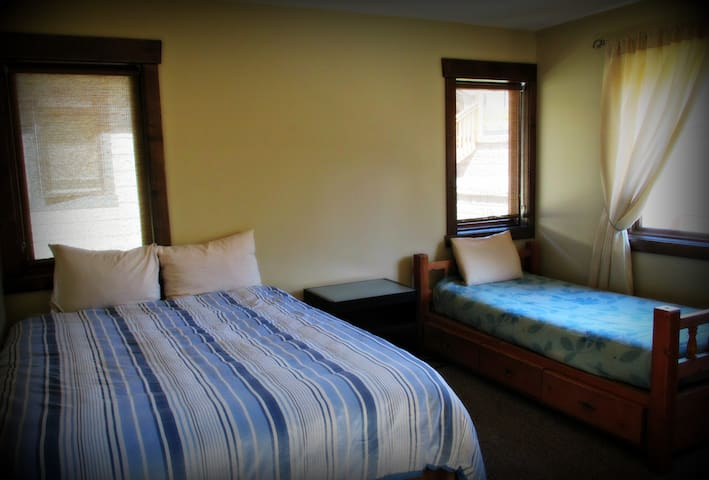 Bedroom 3 with Queen bed and single bed