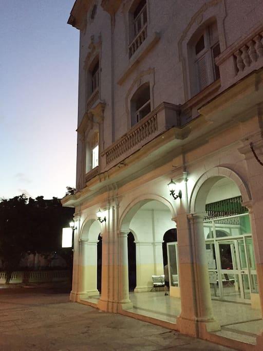 Debajo del apartamento se sitúa una de las principales farmacias de La Habana