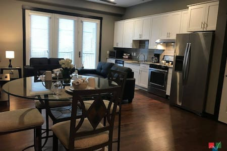 Sleek Downtown Studio~Minutes from Newbo District - Cedar Rapids