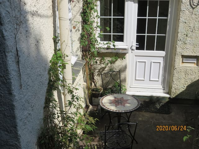 Comfortable cosy retreat in beautiful grounds.