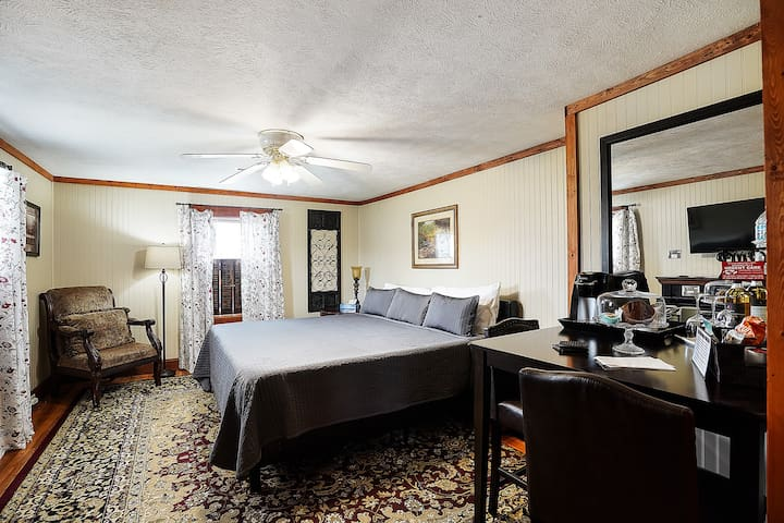 """Hocking Hills Inn"", King Suite"