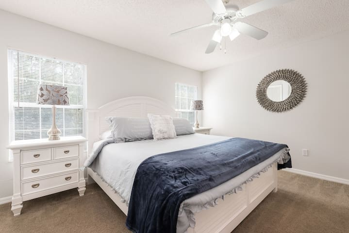 Master Bedroom with King bed./ Suite Master com cama King Size