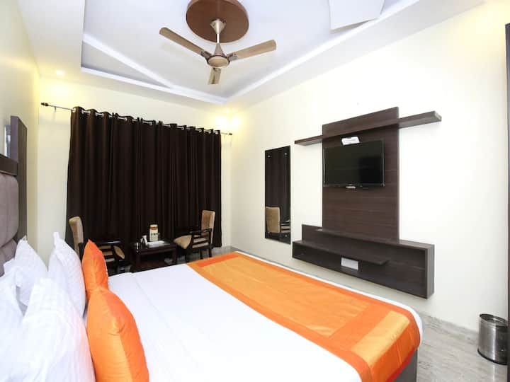 Classic room in Capital O 322 Hotel Royal