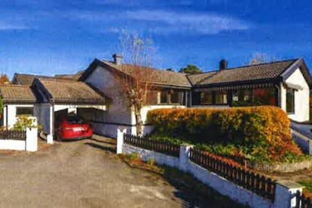 Hus med utsikt. Nært skog&butikk - Casa