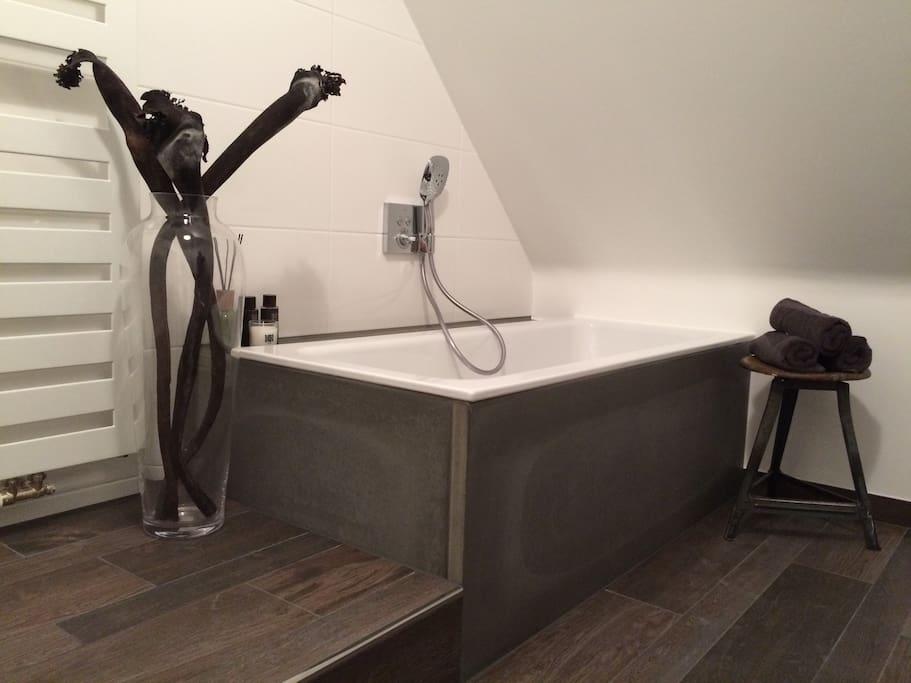 Seit 2017: komplett neu saniertes Bad mit Badewanne und Regendusche.