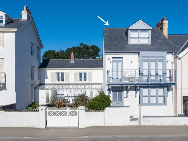 Charming, first row to the sea holiday house with beautiful sea views