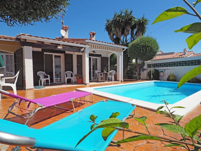 Very nice house on ground floor, with private pool. Three bedrooms (the 3rd one in an inde