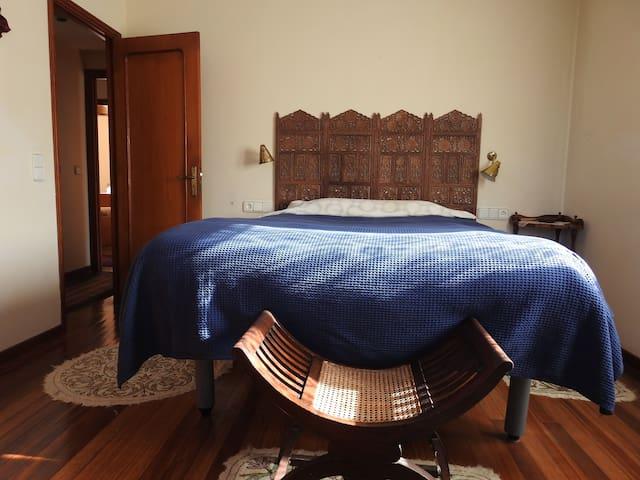 Dormitorio principal con cama de matrimónio. En la segunda planta y con baño anexo.