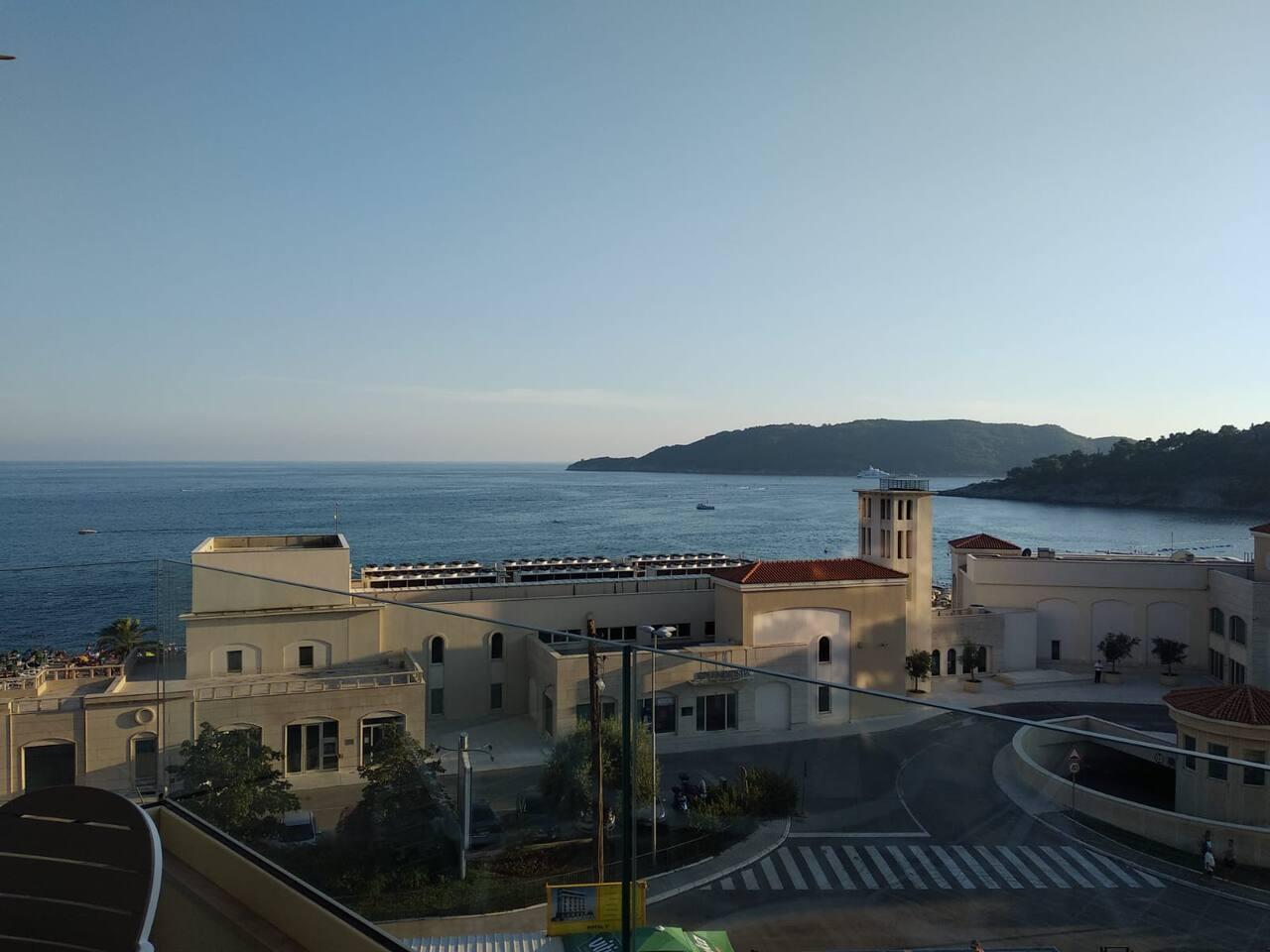 Вид на море и  отель Splendid c балкона соседнего номера