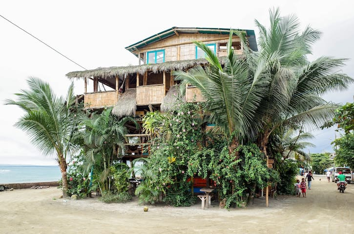 Punto de Encuentro - Front View House