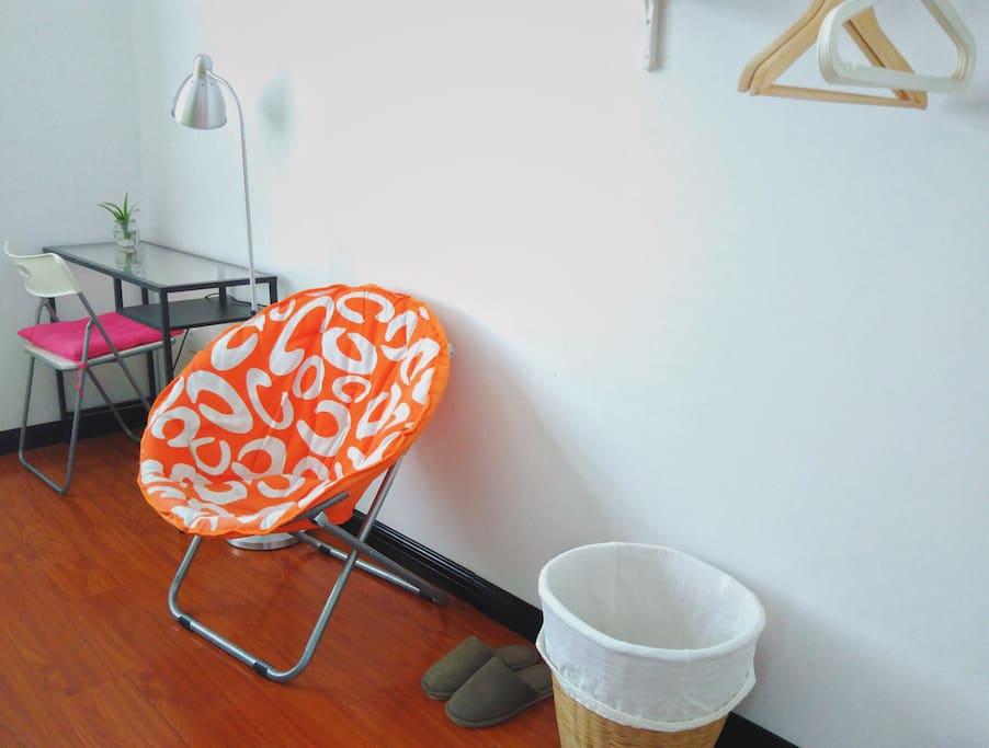 室内不添置非实用类的摆设,配有简单桌椅、落地灯、室内衣架等。