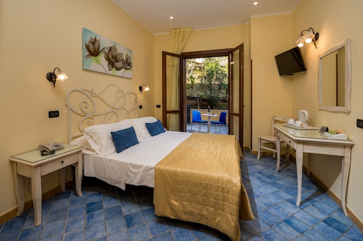 Classic Quadruple Room with Patio-Hotel Cala Marin